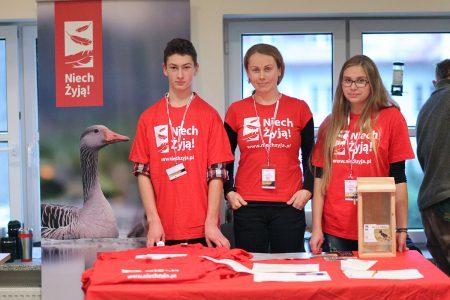 Wolontariusze na stoisku Niech Żyją na festiwalu Wizje Natury ZPFP 2014