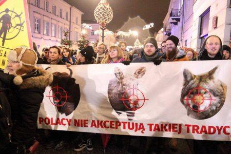 """Protest """"Nie dla Rzeczpospolitej Myśliwskiej!"""" przed siedzibą główną Polskiego Związku Łowieckiego, Warszawa 5 stycznia 2018. Protesty odbyły się także w 7 innych miastach: Gdańsku, Krakowie, Lublinie, Łodzi, Poznaniu, Toruniu i Wrocławiu."""